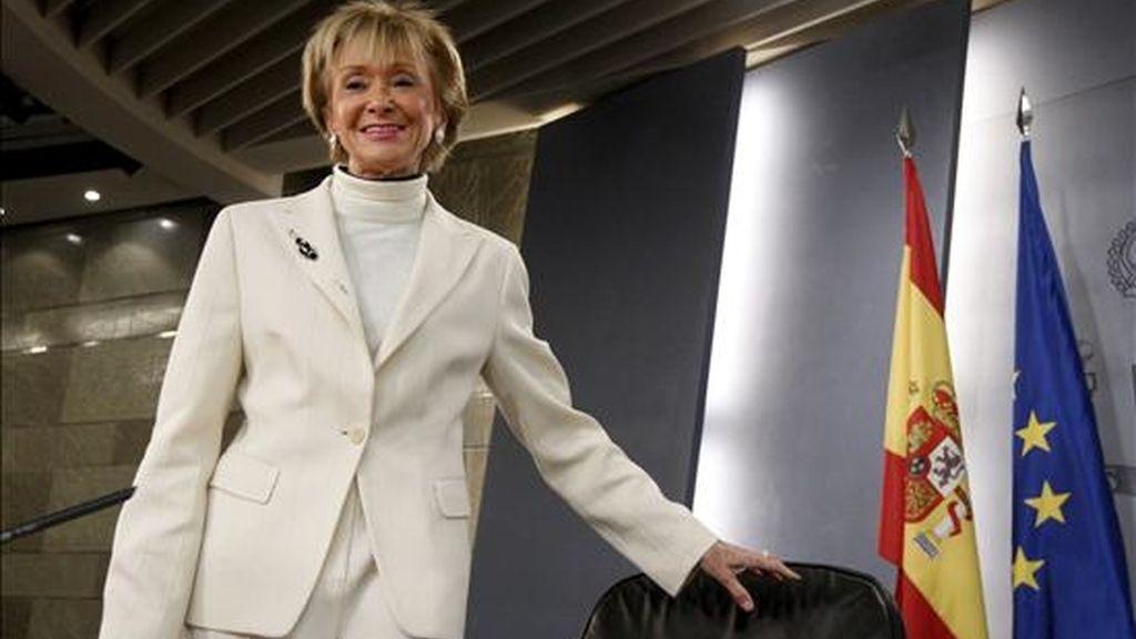 La vicepresidenta primera del Gobierno, María Teresa Fernández de la Vega, a su llegada a la rueda de prensa que ofreció tras la reunión del Consejo de Ministros, en la que anunció que el Gobierno decidió dar más facilidades a los ciudadanos en paro o con dificultades económicas para aplazar el pago de sus hipotecas. EFE