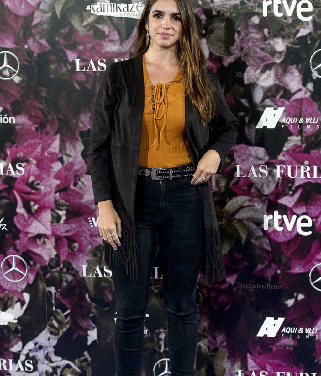 Elena Furiase prefirió un 'look' más otoñal, en teja y con flecos