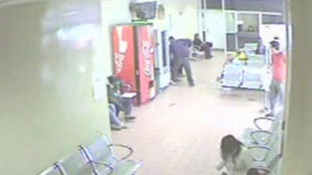 Momento en el que un hombre apuñala al joven que esperaba en el hospital. Vídeo: Todo Noticias.