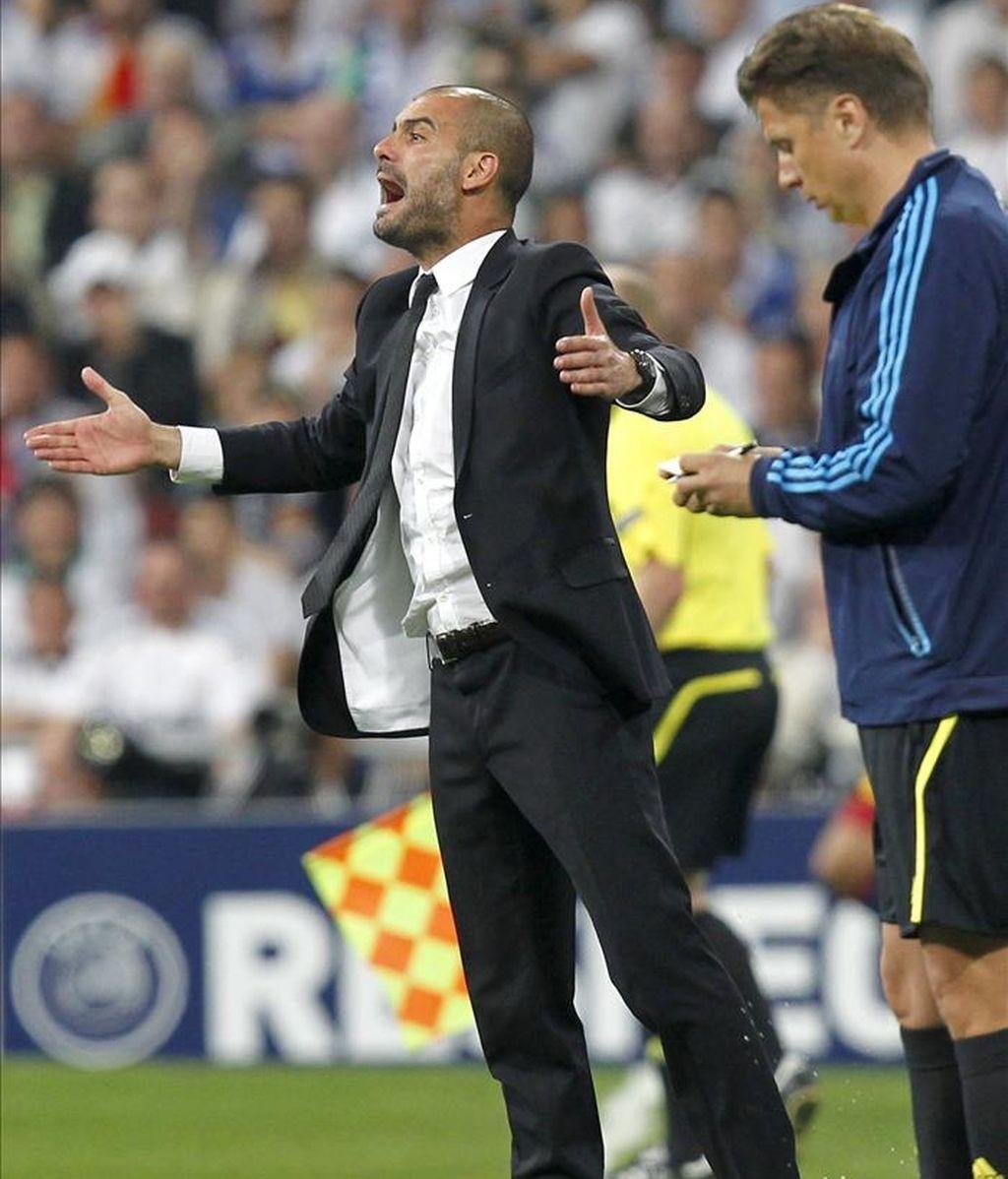 El entrenador del F. C. Barcelona, Pep Guardiola, durante el encuentro correspondiente a la ida de las semifinales de la Liga de Campeones, frente al Real Madrid en el estadio Santiago Bernabeu, en Madrid. EFE