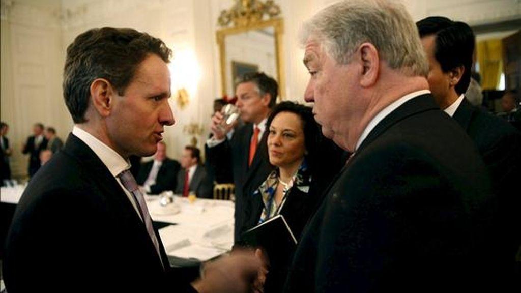 En la imagen, el secretario del Tesoro de EEUU, Tim Geithner, (i), conversa con el gobernador de Mississippi, Haley Barbour, antes del comienzo de la reunión del presidente de los Estados Unidos, Barack Obama, el pasado mes de febrero con los miembros de la Asociación Nacional de Gobernadores en la Casa Blanca, en Washington, EE. UU. EFE/Archivo