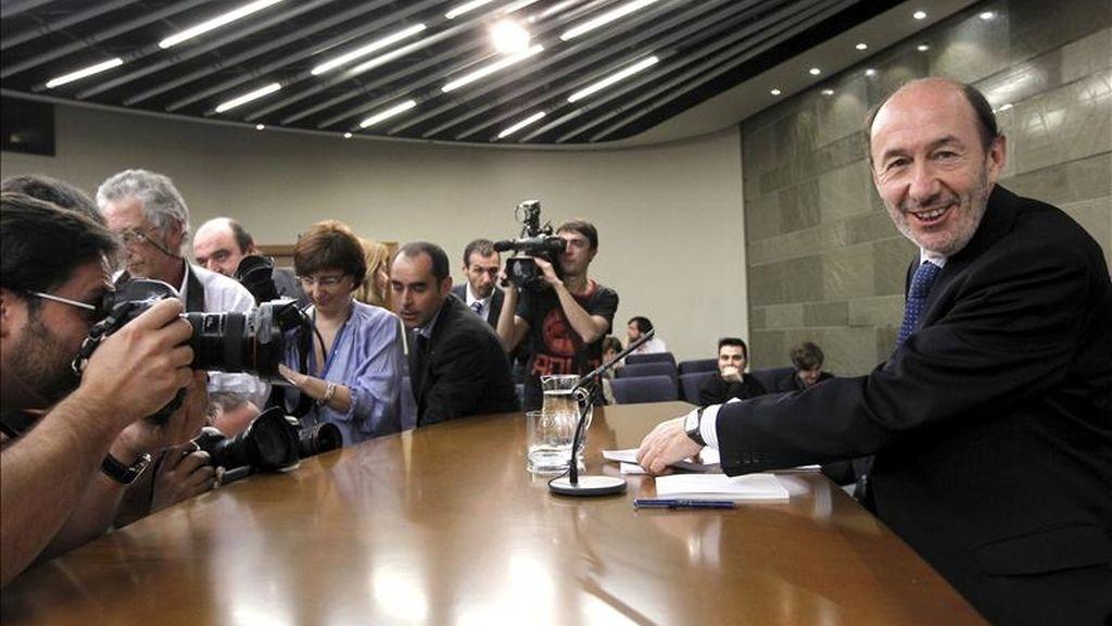 El vicepresidente primero y ministro del Interior, Alfredo Pérez Rubalcaba, durante la rueda de prensa que ofreció este mediodía, tras el Consejo de Ministros. EFE