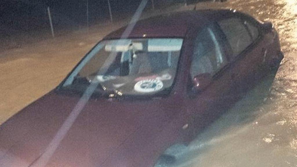 Las tormentas provocan inundaciones, deslizamientos de tierra y dejan vehículos bloqueados en el litoral sur de Alicante