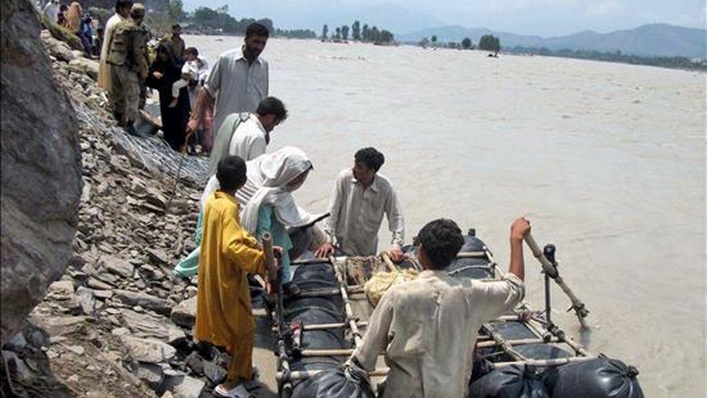 Soldados paquistaníes evacúan hoy a civiles de las zonas inundadas en el valle del Swat, en Khyber-Pakhtunkhwa (Pakistán). Las graves inundaciones en Pakistán ya han causado cientos de víctimas mortales, la mayoría en el noroeste, mientras la misma situación se prevé que llegue al sur del país. EFE