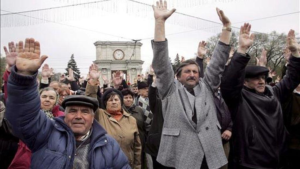 Unos ciudadanos moldavos participan en una protesta anticomunista frente a la sede del Parlamento en Chisinau ayer domingo,  12 de abril. EFE