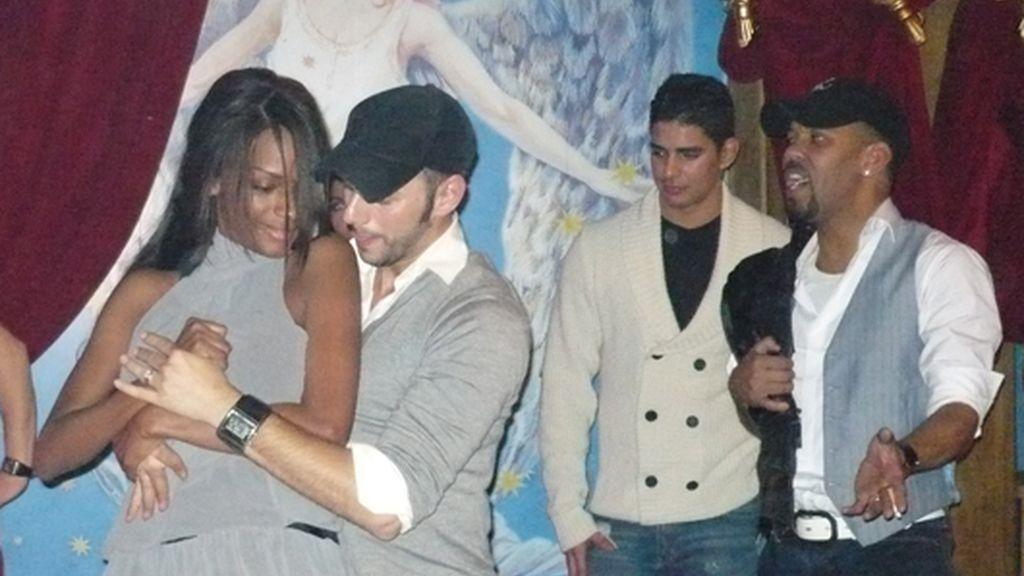 Liz bailando junto a Carles, marido de Chipper