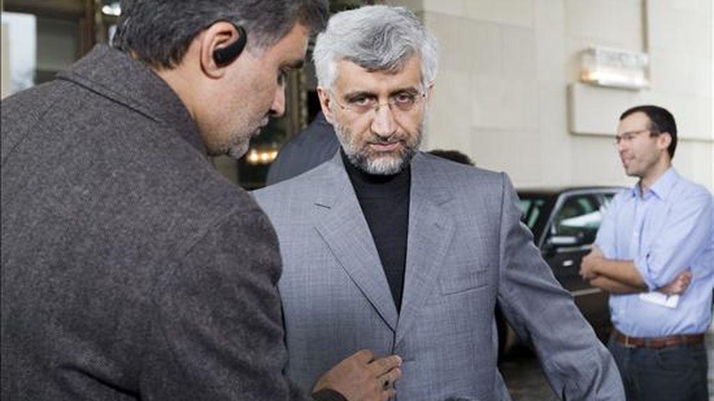 El jefe negociador iraní, Saeed Jalili, se prepara para una entrevista con la televisión de su país, al término de la ronda de negociaciones nucleares entre Irán y el grupo de seis grandes potencias mundiales, en Ginebra, Suiza, hoy, 7 de diciembre de 2010. EFE