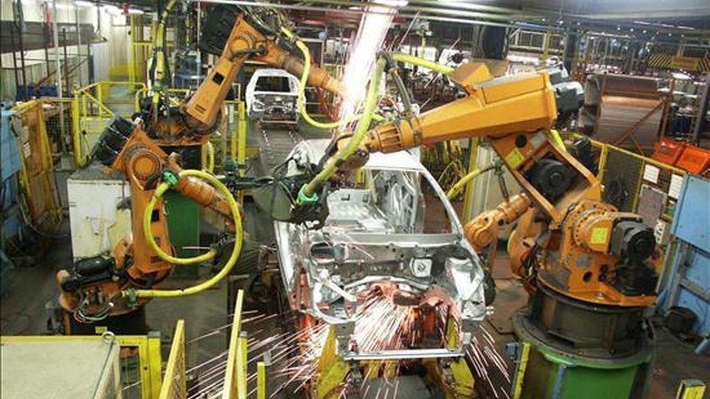 Fotografía de archivo que muestra una cadena de ensamblaje de la fábrica que la empresa Peugeot tiene en Ryton, cerca de Coventry, Reino Unido. EFE/Archivo