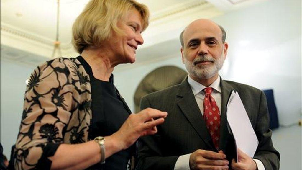El presidente de la Reserva Federal, Ben Bernanke, instó al Congreso y a la Casa Blanca a recortar el déficit récord en Estados Unidos y advirtió que el no hacerlo podría erosionar la confianza de los consumidores y las perspectivas económicas a largo plazo. EFE