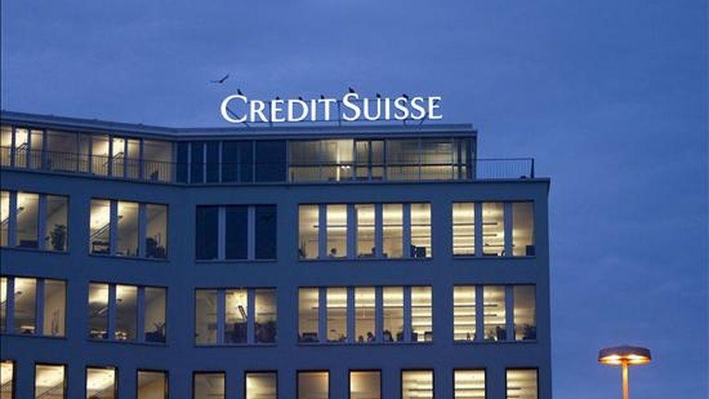 En la imagen, logotipo del banco Credit Suisse en un edificio de la compañía en Zúrich (Suiza). El segundo banco más importante de suiza, el Credit Suisse, anunció hoy que ha registrado una pérdida neta de 8.220 millones de francos (unos 5.500 millones de euros) en el ejercicio 2008, de los que 6.000 millones de francos correspondieron al cuarto trimestre del año pasado. EFE