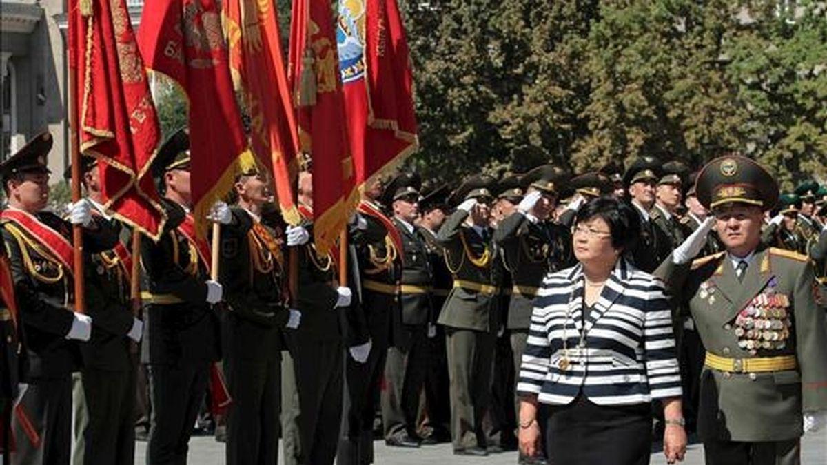 La presidenta de Kirguizistán, Rosa Otunbáyeba (2d), pasa hoy revista a la guardia de honor durante su ceremonia de investidura en Biskek, Kirguizistán. EFE