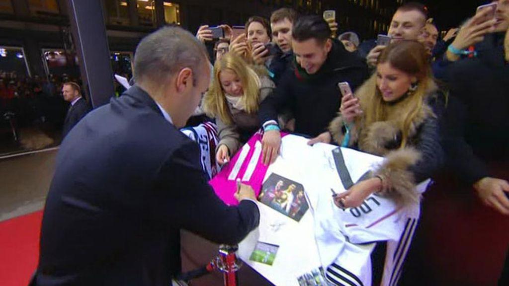 Iniesta se despista y firma una camiseta del Madrid