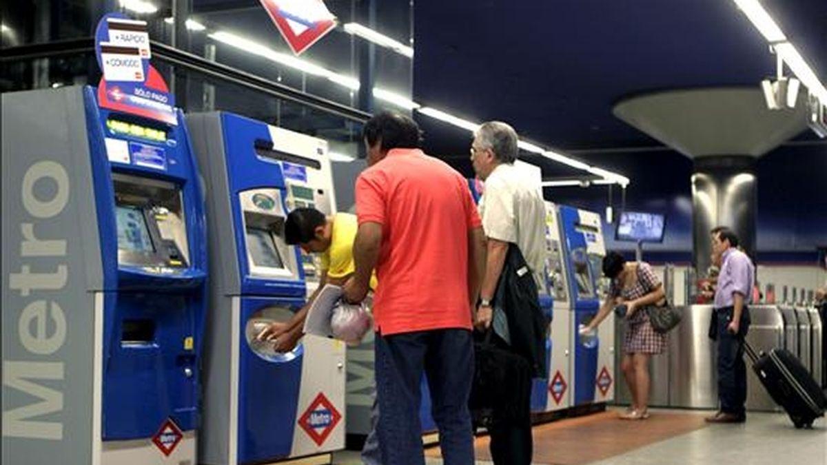 Algunos ciudadanos que utilizaron el jueves el Metro de Madrid durante la cuarta jornada de huelga. EFE