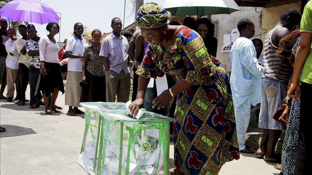 Nigerianos votan en un colegio electoral de Lagos, Nigeria. EFE