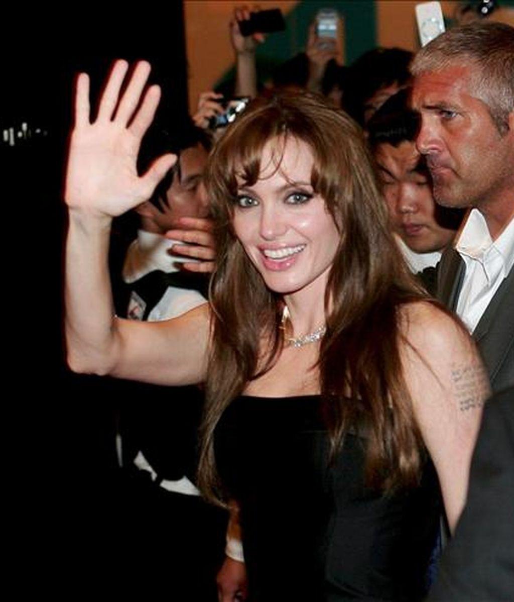 """La actriz estadounidense y miembro del reparto Angelina Jolie saluda al llegar al estreno de la película """"Salt"""", dirigida por Philllip Noyce, hoy, en el teatro Yeongdeungpo CGV de Seú, Corea del Sur. EFE"""