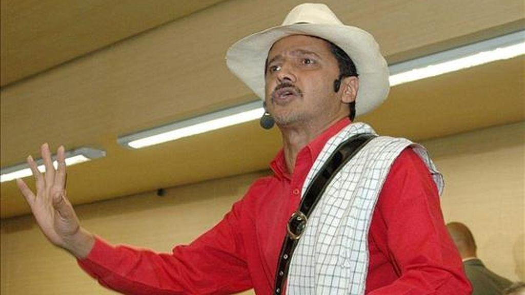 El cuentacuentos colombiano Jota Villaza habla durante la inauguración del IV Congreso Internacional de la Lengua, en un acto que se realizó en el Parque Biblioteca San Javier, en Medellín (noroeste de Colombia) con la presencia de varias autoridades locales, en enero de 2007.