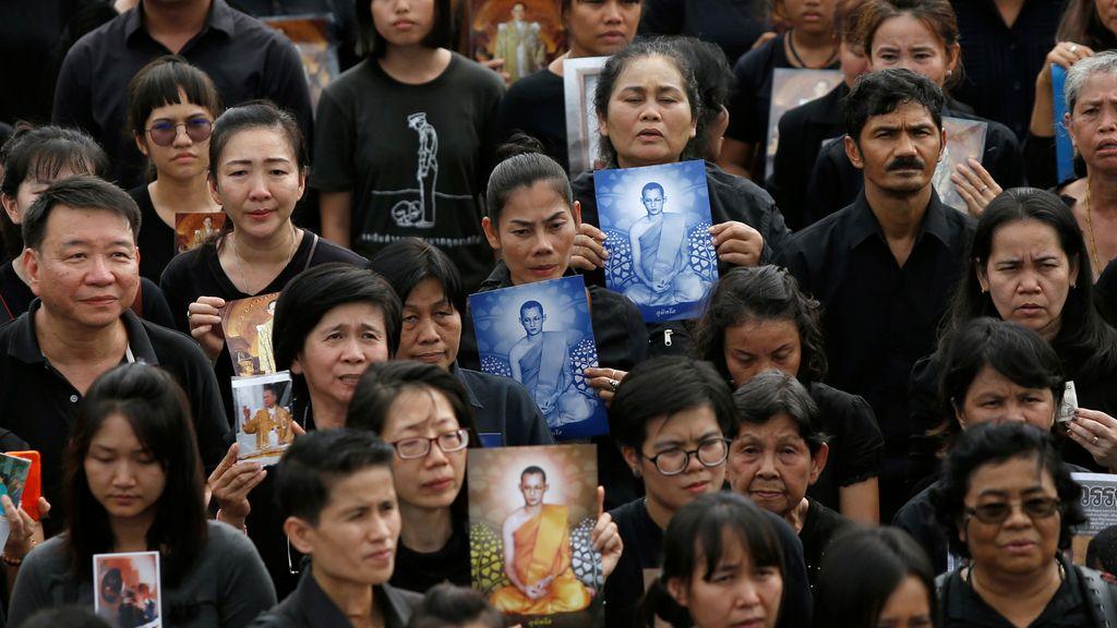 Multitud de personas en las afueras del Gran Palacio para honrar al rey de Tailandia