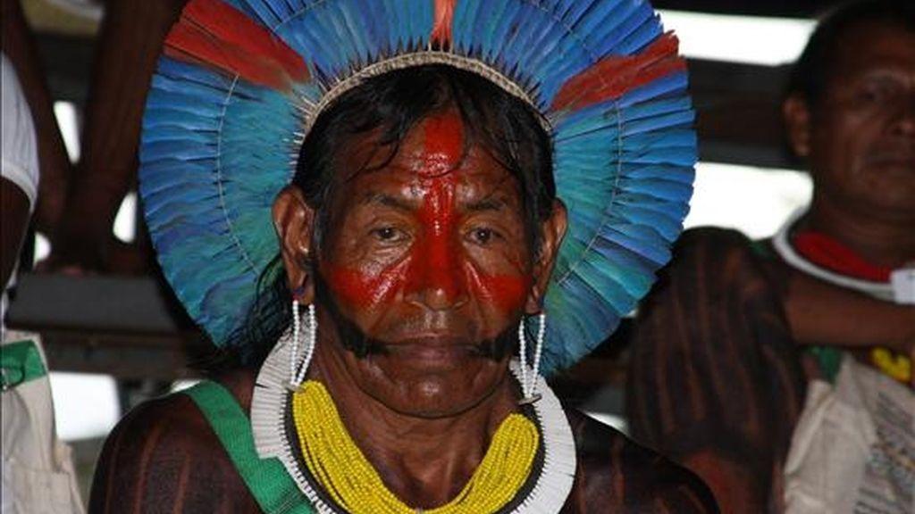 Un indígena de la étnia Kayapó durante su participación en uno de los debates sobre demarcación de tierras indígenas en la Amazonía el 30 de enero pasado, en el campus de la Universidad Rural de Pará, en Belén (Brasil), en el Foro Social Mundial. EFE