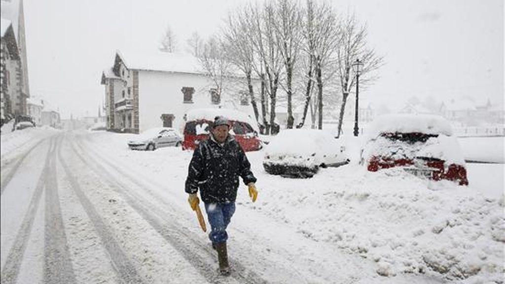 Un hombre recorre a pie la N-135 a su paso por Espinal, en el municipio navarro de Erro. EFE