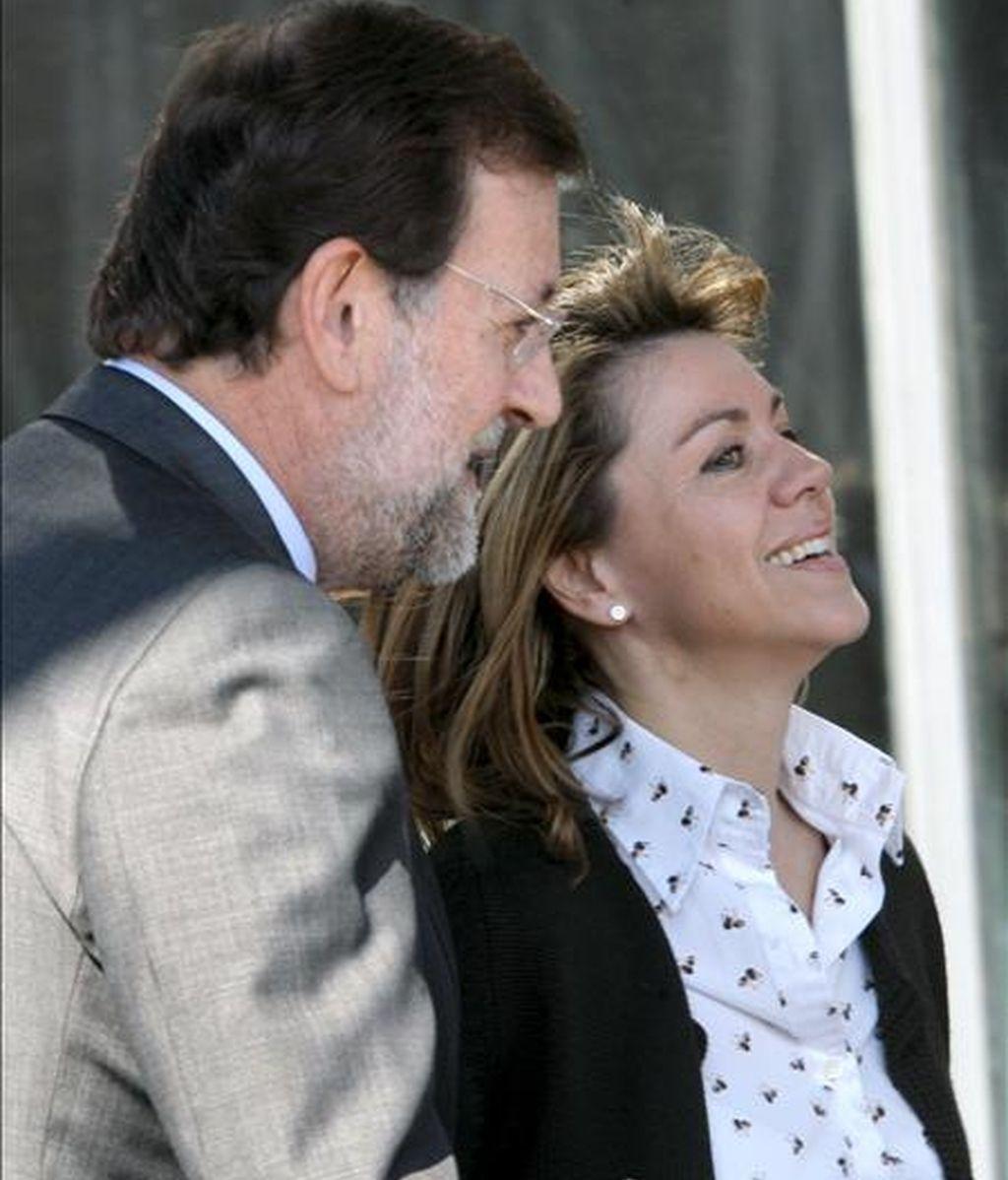 En la imagen, el líder del PP, Mariano Rajoy, junto a la secretaria general del partido, María Dolores de Cospedal, a su llegada a la reunión de la Junta Directiva del Partido Popular. EFE/Archivo