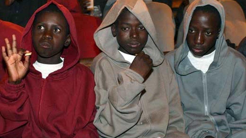 Tres menores, de las 82 personas que viajaban a bordo de un cayuco interceptado en Tenerife. Foto: EFE