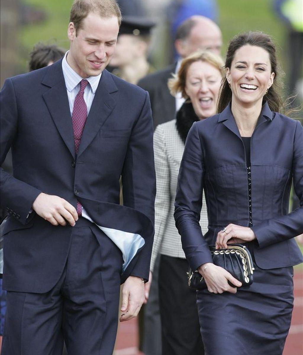 El príncipe Guillermo de Inglaterra y su novia Kate Middleton llegan a la Aldridge Community Academy de Darwen, noroeste de Reino Unido, el pasado 10 de abril, en el último acto oficial como solteros antes de su boda, el 29 de abril. EFE