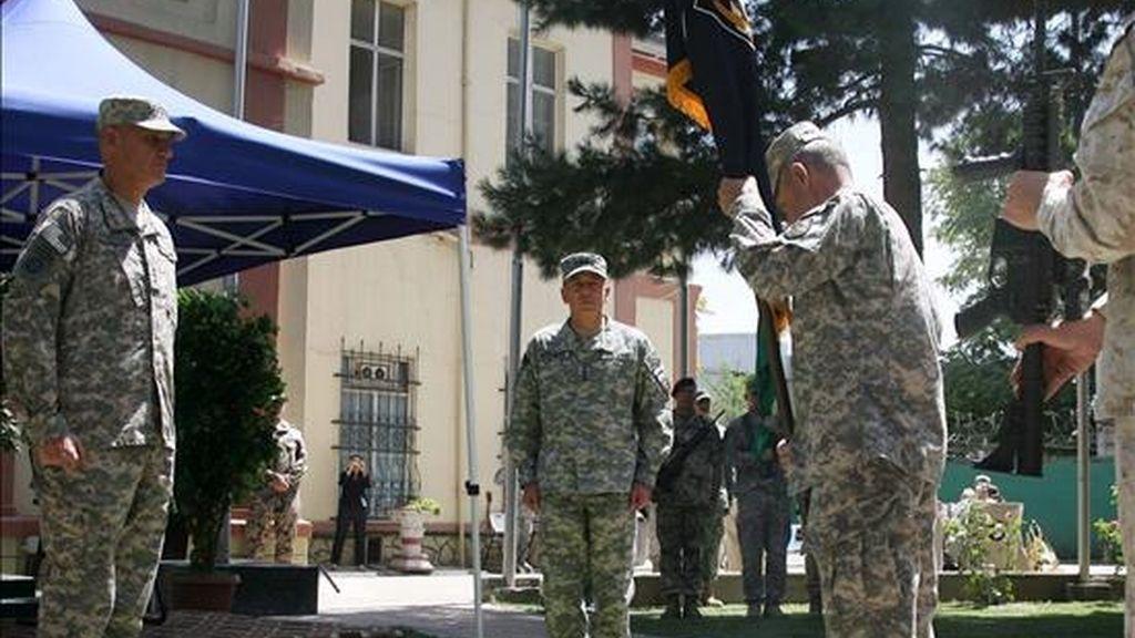 El nuevo jefe de la Fuerza Internacional de Asistencia a la Seguridad (ISAF), el general estadounidense David Petraeus (c), participa en la ceremonia de cambio de mando celebrada ayer en el cuartel general de la organización en Kabul, Afganistán. EFE