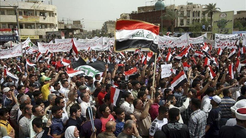 Iraquíes se manifiestan para exigir reformas políticas, la mejora de los servicios públicos y la salida de las tropas estadounidenses del país, en el barrio de Al-aadhamiyah, al norte de Bagdad. EFE