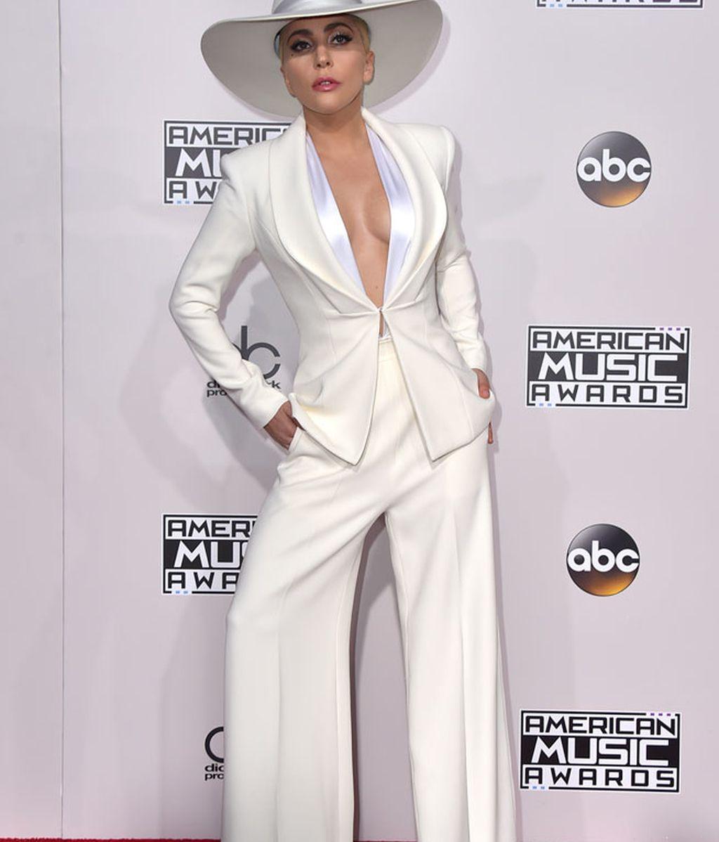 Todo al blanco para Lady Gaga: traje de dos piezas y pamela