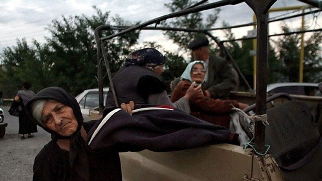 Varias personas huyen de la violencia desatada en la capital de Osetia del Sur, Tsjinvali