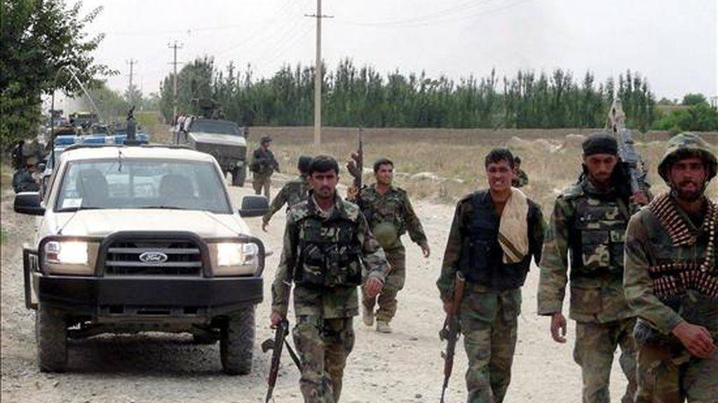Varios soldados afganos participan en una operación de búsqueda de militantes talibanes en Kunduz, norte de Afganistán, ayer. Cuatro supuestos talibanes y un soldado del Ejército afgano han muerto en un combate registrado en la tradicionalmente tranquila provincia de Kunduz, informó hoy martes 16 de junio una fuente oficial. EFE