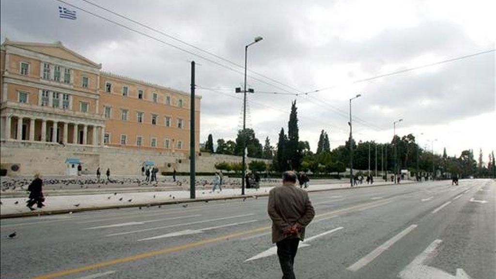 Las calles normalmente bulliciosas aledañas al edificio del parlamento en el centro de Atenas, se ven inusualmente vacías debido a una huelga general en Grecia, en el año 2006. EFE/Archivo