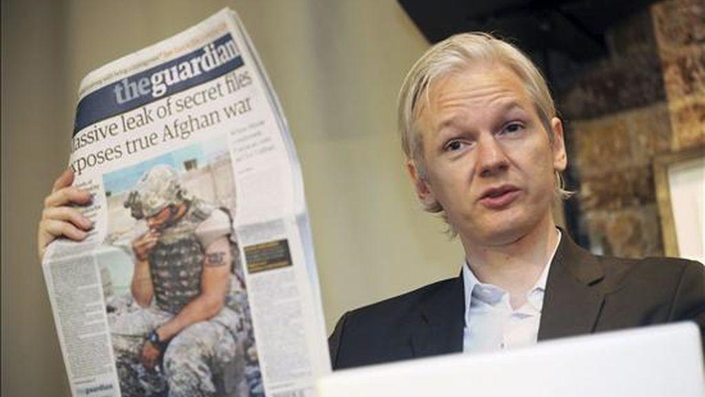 Foto de archivo del fundador del portal WikiLeaks Julian Assange mientras muestra un ejemplar del periódico británico The Guardian durante una rueda de prensa dada en Londres (Reino Unido) el 26 de julio de 2010. EFE