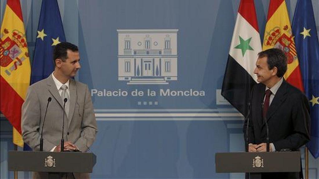 El presidente del Gobierno, José Luis Rodríguez Zapatero, y el presidente de Siria, Bachar Al Asad (i), durante la rueda de prensa que ofrecieron hoy tras la reunión que mantuvieron en el Palacio de la Moncloa. EFE