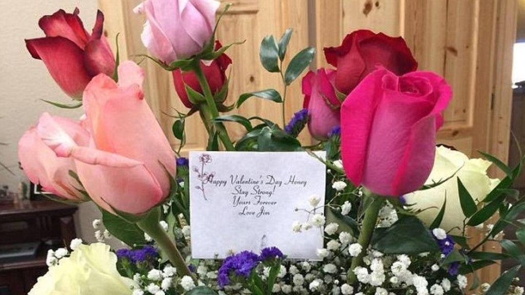 Una mujer recibió por San Valentín un ramo de flores en nombre de su difunto marido