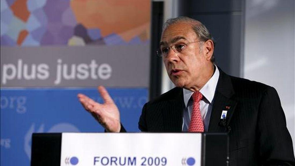El secretario general de la Organización para la Cooperación y el Desarrollo Económico (OCDE), José Ángel Gurría, habla durante una rueda de prensa mantenida al término de la sesión inaugural del Foro Global de la OCDE en París (Francia), el 24 de junio de 2009. EFE