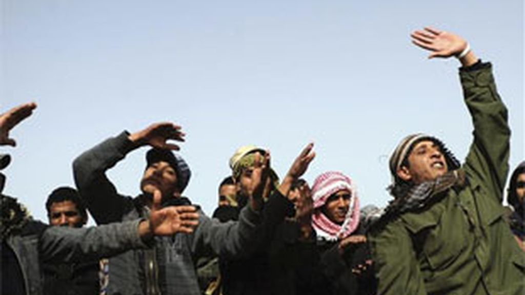 Rebeldes libios mantienen sus posiciones en la carretera que comunica Brega y Ajdabiya. Foto: EFE.