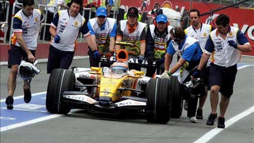 Fernando Alonso es retirado por los mecánicos del equipo en Canadá. Foto: EFE