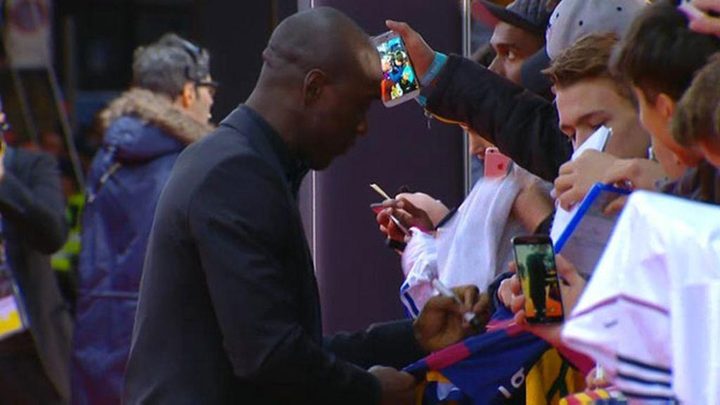 Seedorf estampa su firma en una camiseta del... ¡Barça!
