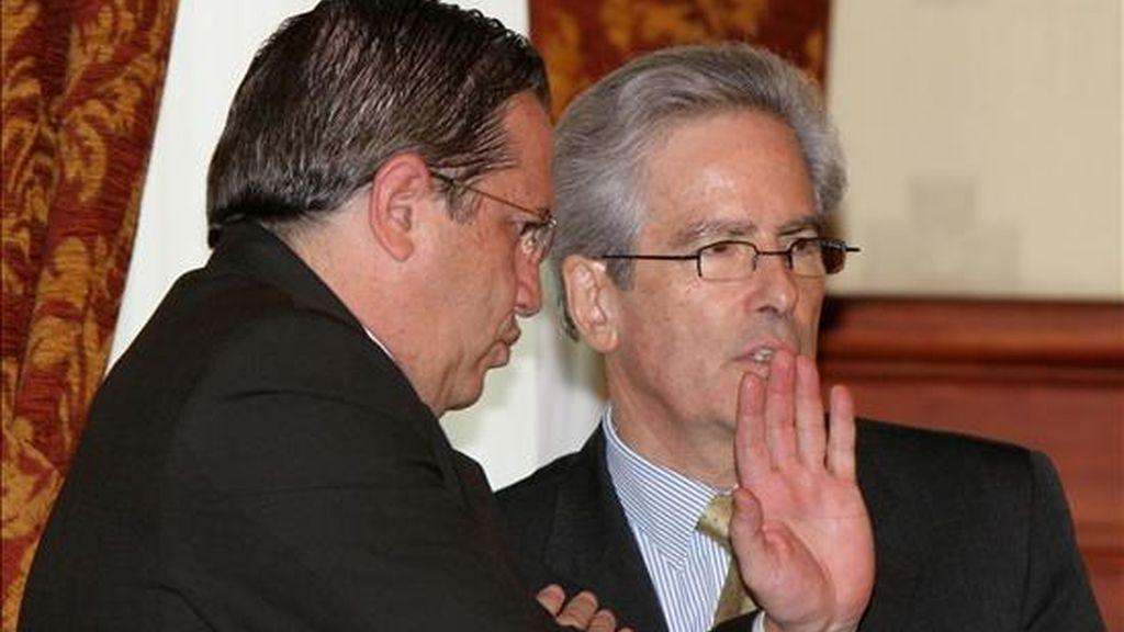 El canciller ecuatoriano, Ricardo Patiño (i), conversa con el secretario estadounidense adjunto de Estado para Asuntos del Hemisferio Occidental, Arturo Valenzuela (d), en una reunión en el Palacio de Carondelet de Quito (Ecuador), para tratar varios asuntos bilaterales. EFE/José Jácome