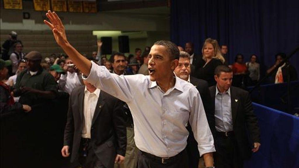 El presidente de Estados Unidos, Barack Obama (c), saluda al público tras pronunciar un discurso en el colegio de la comunidad de Indian Hill en Ottumwa, Iowa (EEUU). EFE