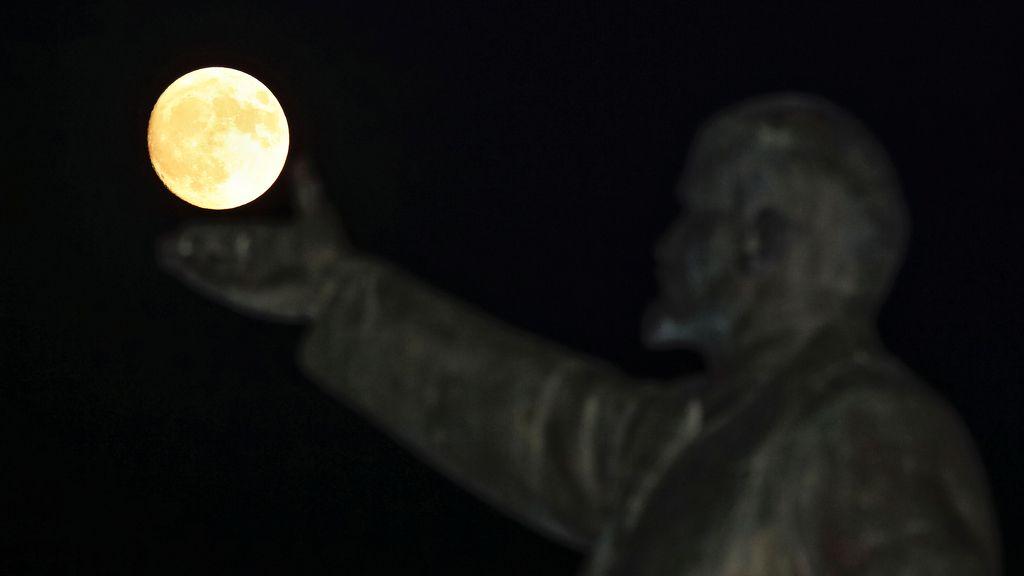 La estatua de Lenin 'sostiene' la Superluna en Baikonur, Kazajstán