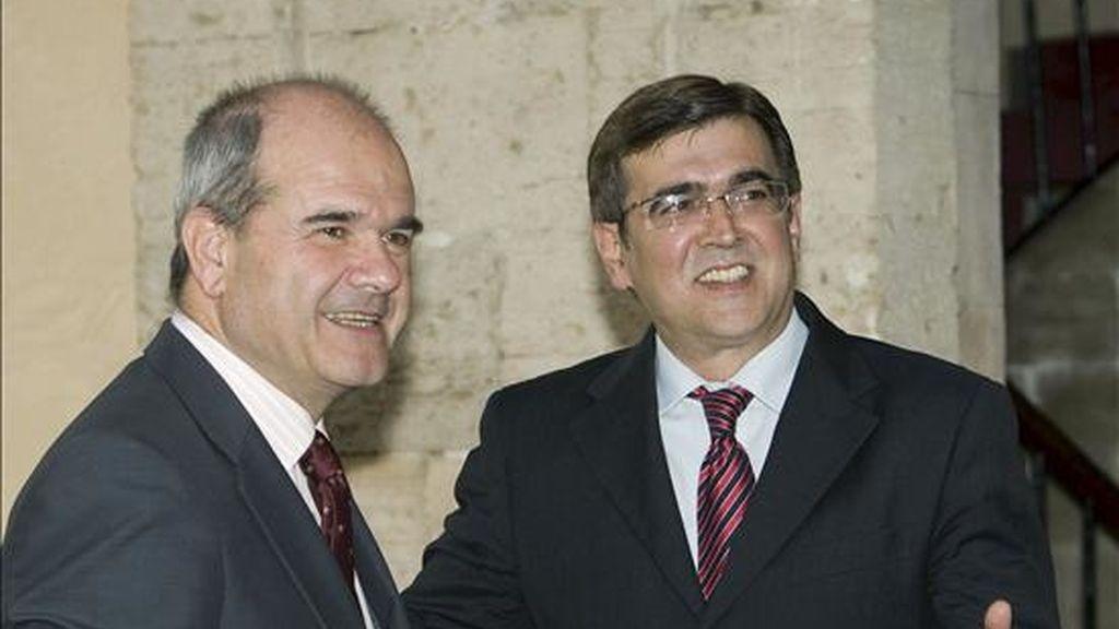 El vicepresidente tercero y ministro de Política Territorial, Manuel Chaves (i) saluda al jefe del ejecutico balear, Francesc Antich, hoy en Palma de Mallorca. EFE