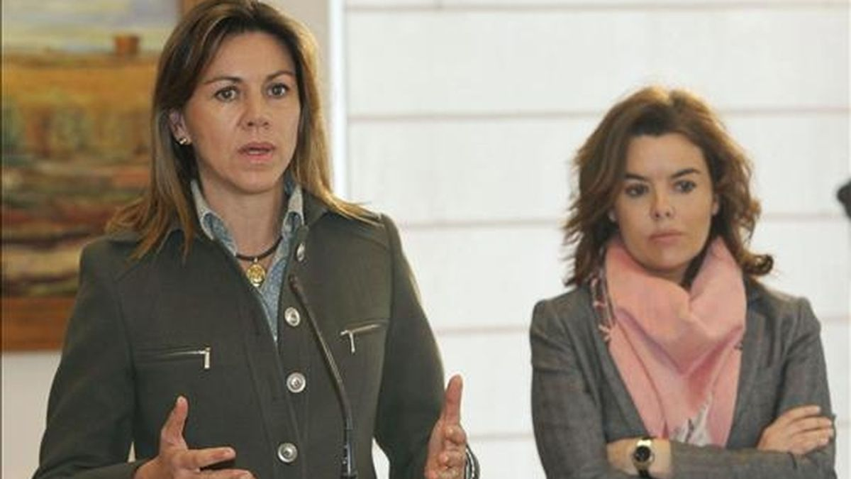 La secretaria general del PP y presidenta del partido de Castilla-La Mancha, María Dolores Cospedal (i), y la portavoz parlamentaria del PP, Soraya Sáenz de Santamaría, durante la rueda de prensa que ofrecieron en su visita a Tomelloso (Ciudad Real). EFE