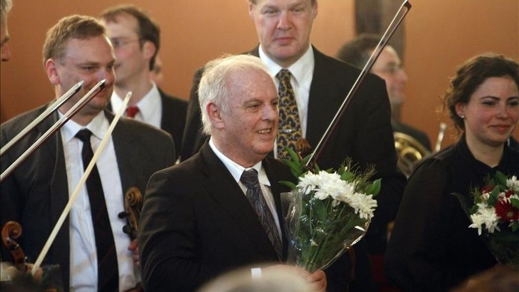 """El virtuoso del piano y director de orquesta, Daniel Barenboim (c), momentos antes del concierto solidario ofrecido con la denominada """"Orquesta para Gaza"""", integrada por músicos de diferentes conjuntos, en Gaza, el 3 de mayo de 2011. EFE"""