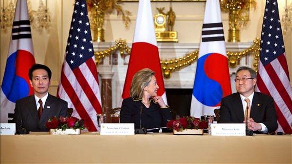 La secretaria de Estado de EEUU, Hillary Clinton, (c), su homólogo surcoreano, Kim Sung-hwan, (d), y el japonés, Seiji Maehara, (i), mantienen un encuentro en Washington para hablar del último incidente en la crisis entre las dos Coreas, el ataque de Pyongyang a la isla de Yeongpyeong. EFE