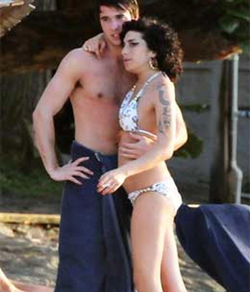 Amy Winehouse parece haber pasado página. En las fotos que publica The Sun aparece junto a un misterioso chico que podría ser su nuevo amor.