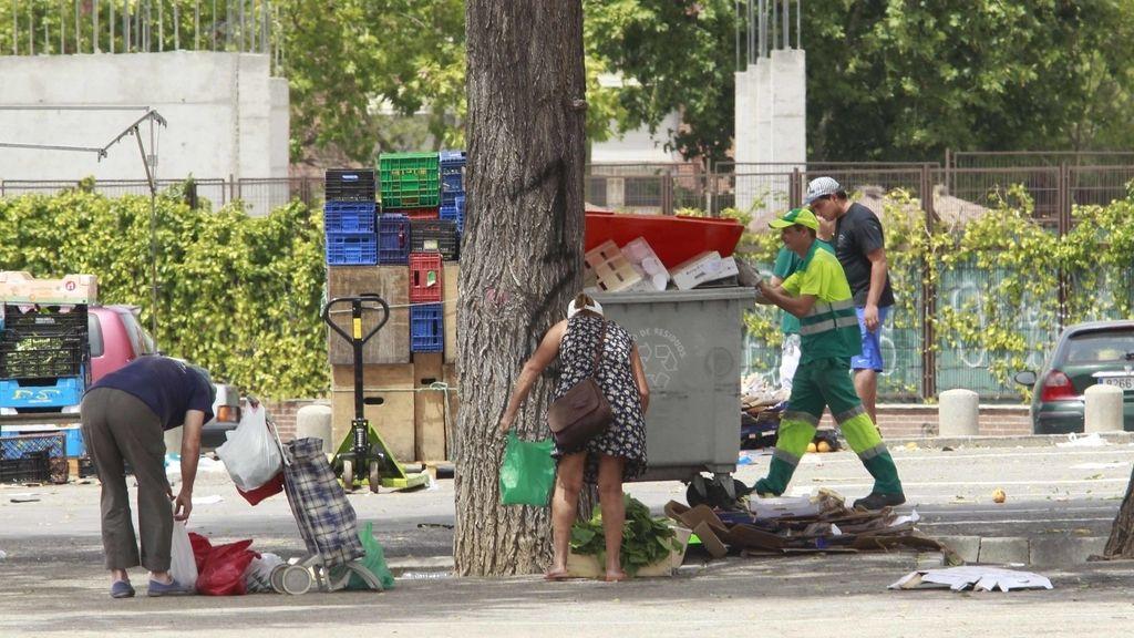 Gente busca comida y ropa en mercadillo de San Blas en Madrid