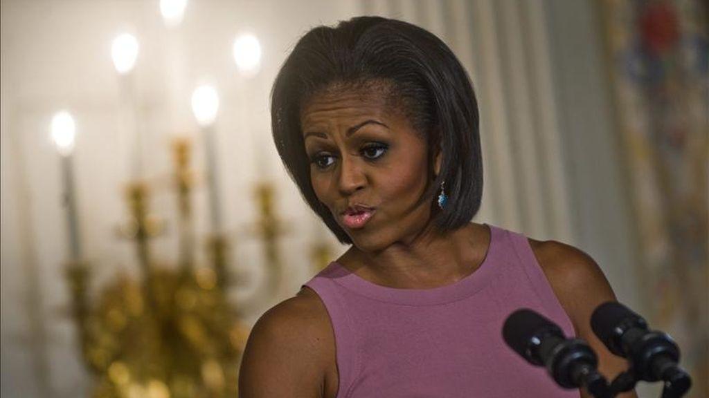 """La primera dama estadounidense Michelle Obama habla en un taller de poesía llevado a cabo en la Sala Este de la Casa Blanca en Washington DC (EEUU). Obama destacó un nuevo estudio que revela la importancia de la educación en las artes durante el evento que precede a """"La noche de poesía"""". EFE"""