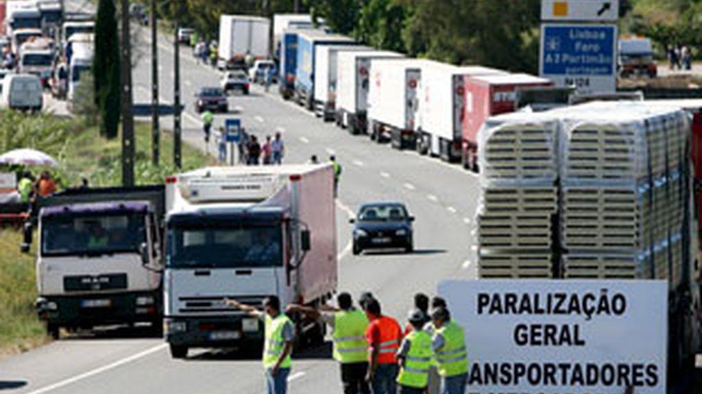 Transportistas bloquean el paso de un compañero para advertirle que pare durante el corte de carreteras montado en Porto Alto, cerca de Lisboa (Portugal). Foto: EFE.